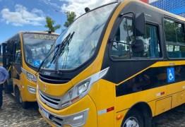 Tião Gomes comemora recebimento de ônibus no município de Areia, solicitado por ele ao Governo do Estado