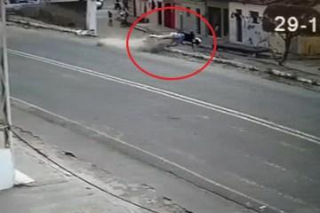 acidente 1 - Homem é arremessado de moto ao tentar empinar veículo - VEJA VÍDEO