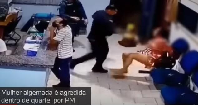 agredida - Mulher algemada é agredida por PM dentro de quartel - VEJA VÍDEO