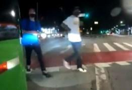 Motoqueiro escapa da morte após ser baleado por criminosos em semáforo