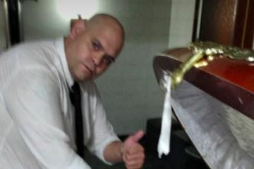 DESRESPEITO! Funcionário de funerária tira foto com o corpo de Maradona e acaba sendo demitido