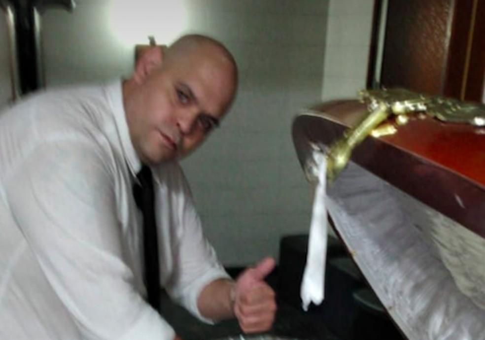 captura de tela 2020 11 26 as 13.28.05 - DESRESPEITO! Funcionário de funerária tira foto com o corpo de Maradona e acaba sendo demitido