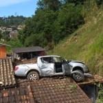 carro - Motorista erra marcha e vai parar em cima do telhado de casa
