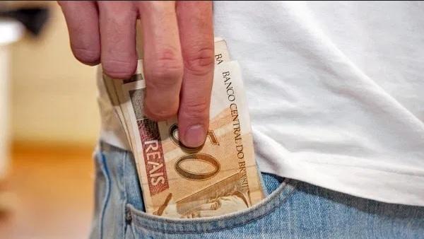 dinheiro bolso - CRIME ELEITORAL: eleitor do município de Itapororoca oferece dinheiro ao mesário para votar duas vezes; confira
