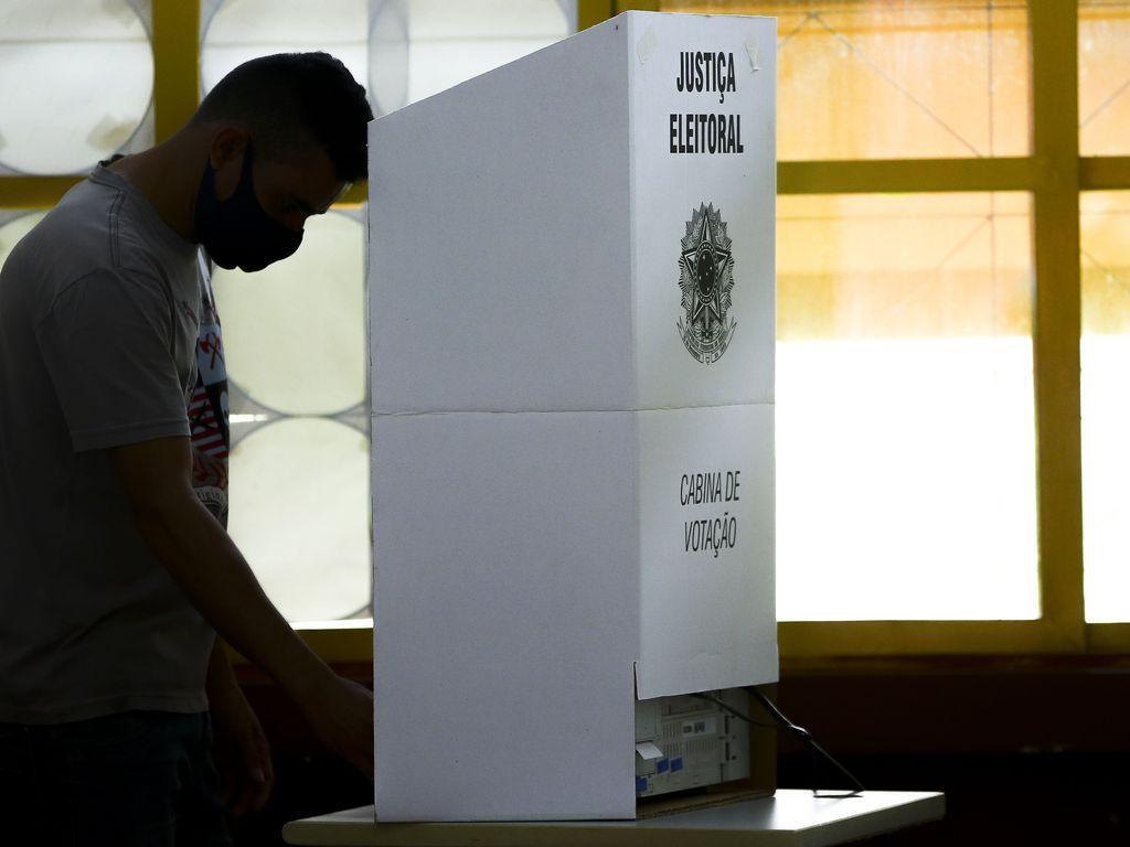 download 4 - PLEITO NO BRASIL: Eleições têm 29 prisões, 923 urnas quebradas e e-Título instável