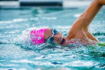 Brasileira bate recorde após nadar mais de 30 horas ininterruptas