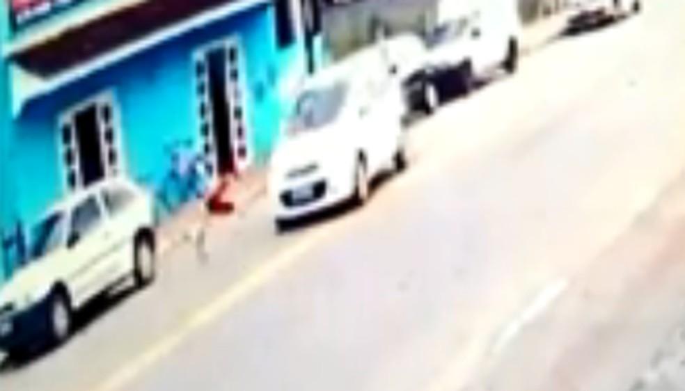 menino gira no ar - Criança é atropelada e sai andando após acidente; VEJA VÍDEO