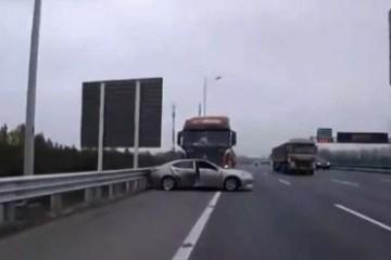 Carro é arrastado por vários metros ao ser atingido por caminhão