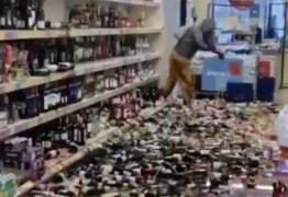 Mulher destrói 500 garrafas de cerveja, gim e vinho em supermercado