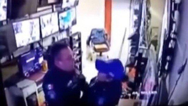 xblog policias.jpg.pagespeed.ic . fdoDC7Azh - Policiais são expulsos após serem flagrados fazendo sexo em hospital; VEJA VÍDEO