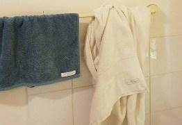 Mulher viraliza ao postar foto de como ela e o marido deixam toalhas no banheiro
