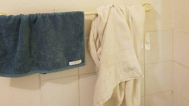 xblog towels.jpg.pagespeed.ic .yFVWggyE1J - Mulher viraliza ao postar foto de como ela e o marido deixam toalhas no banheiro