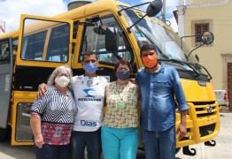 Prefeita Márcia Lucena entrega dois ônibus adquiridos com recursos próprios, para o transporte escolar
