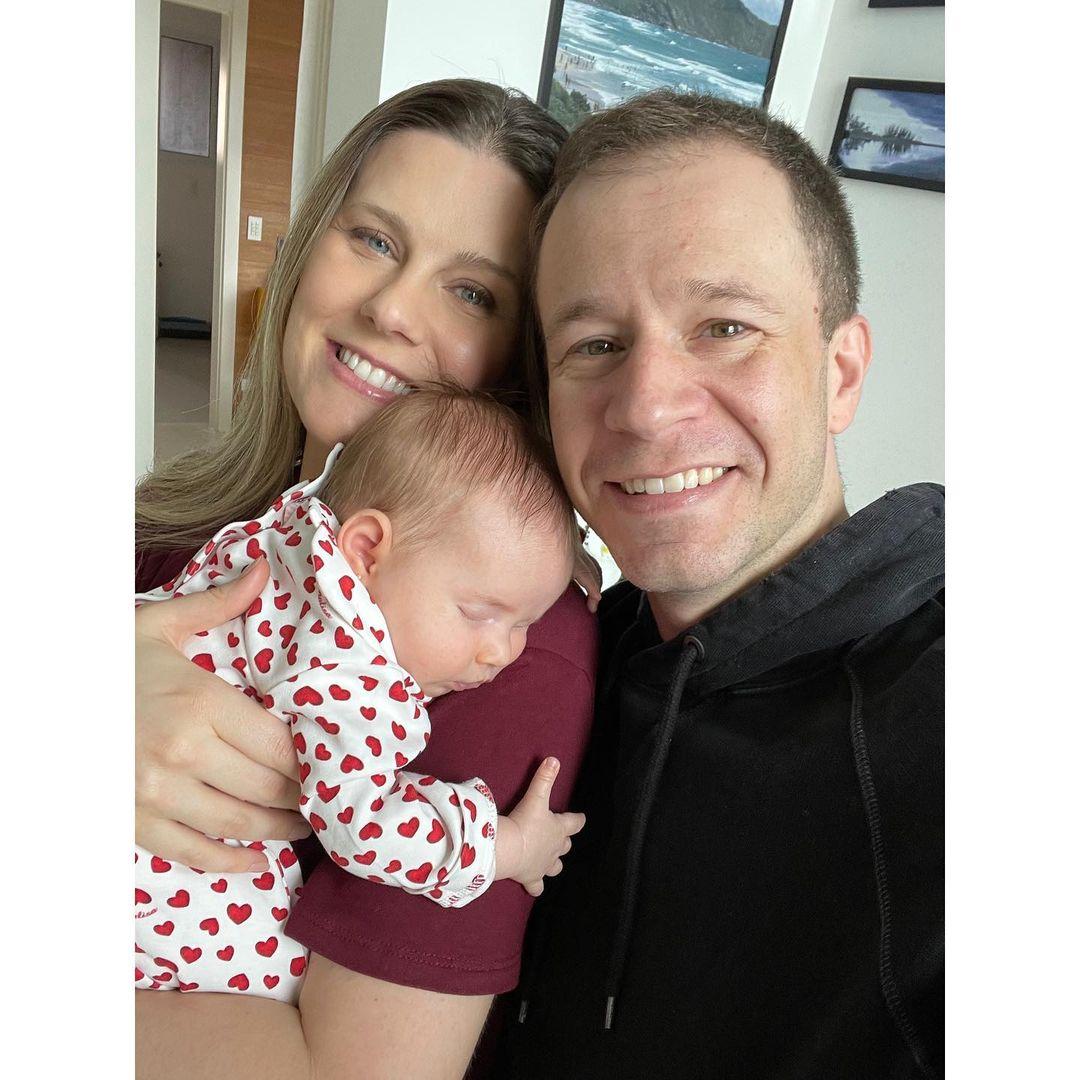 """133378255 1460261030834382 4535806029451790683 n - Tiago Leifert e esposa mostram rosto de filha pela primeira vez: """"O Natal mais especial de nossas vidas!"""""""