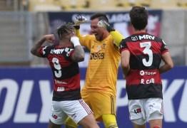 """Flamengo goleia Santos, encurta distância e """"seca"""" o líder São Paulo"""