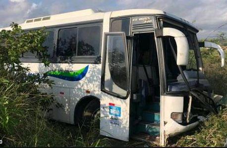 Capturar 4 - Ônibus de turistas que seguia para Pipa bate em caminhão na BR-230 em João Pessoa