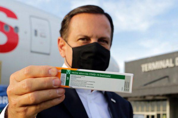 """Doria mostra coronavac 600x400 1 - Governadores se queixam de """"arrogância"""" de Doria em reunião sobre vacina contra Covid-19"""