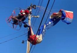 Papai Noel cai na rede elétrica durante voo de paramotor