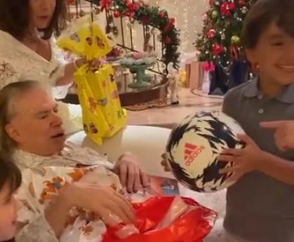 SS - Silvio Santos é filmado em raro momento com netos na ceia de Natal; VEJA VÍDEO