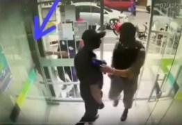 OUSADO! Com farda da PM, bandido invade banco, rende vigilantes e rouba R$ 95 mil de empresário em Esperança/PB – VEJA VÍDEO