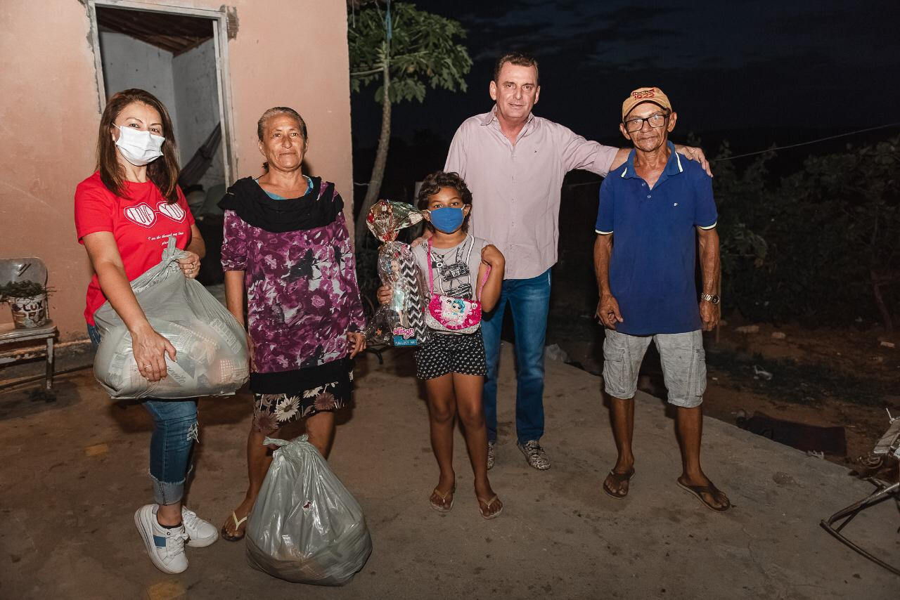 WhatsApp Image 2020 12 25 at 09.19.36 1 - AÇÃO SOCIAL: prefeito de São José de Piranhas distribui cestas básicas no Natal; fotos