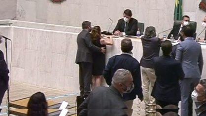 assedio na alesp - ASSÉDIO NA ALESP: deputado passa a mão no seio de colega - Veja vídeo