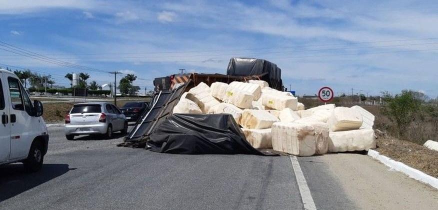 Caminhão carregado de algodão tomba na BR-230, em Campina Grande