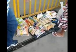 Vídeo mostra supostos venezuelanos vendendo cestas básicas doadas pela PMJP, na feira de Oitizeiro