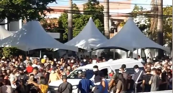 cortejo Expedito Pereira - EMOÇÃO E REVOLTA: multidão acompanha cortejo fúnebre de Expedito Pereira, em Bayeux