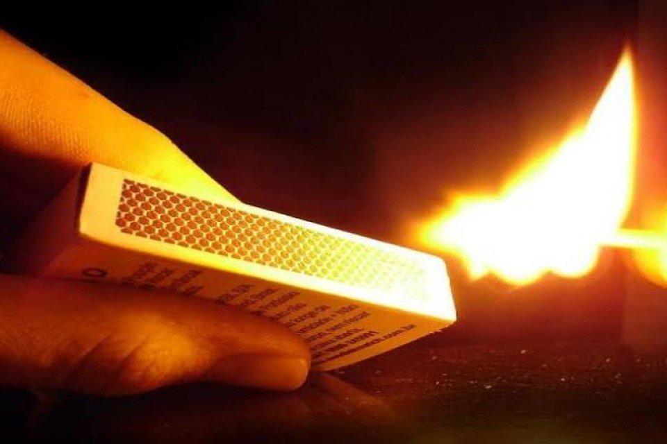 fogo 1 - Homem tem corpo incendiado após mulher jogar acetona