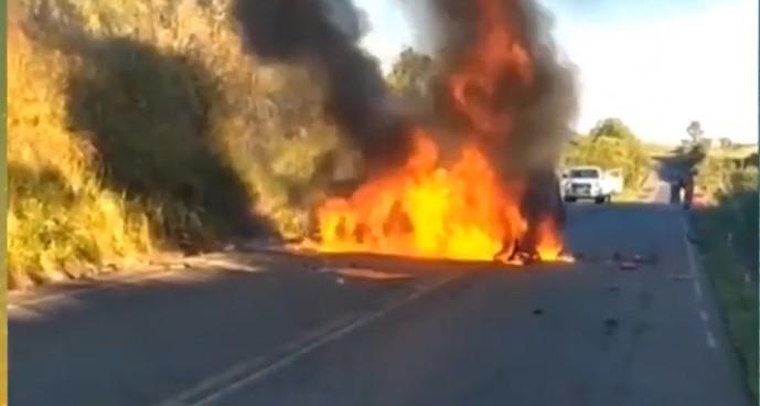 Vídeo mostra polícial salvando motorista dentro de carro pegando fogo