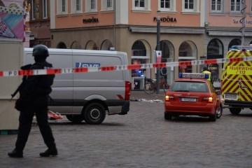 x90696401 Police secures the scene where a car drove into pedestrians in Trier southwestern Germa.jpg.pagespeed.ic .bSiNpJPyJP - ATENTADO! Carro avança contra pedestres e mata duas pessoas na Alemanha