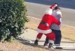 Policiais disfarçados de Papai Noel e elfo prendem suspeitos