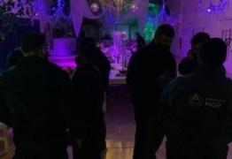 Polícia invade festa de swing e agentes são confundidos com strippers