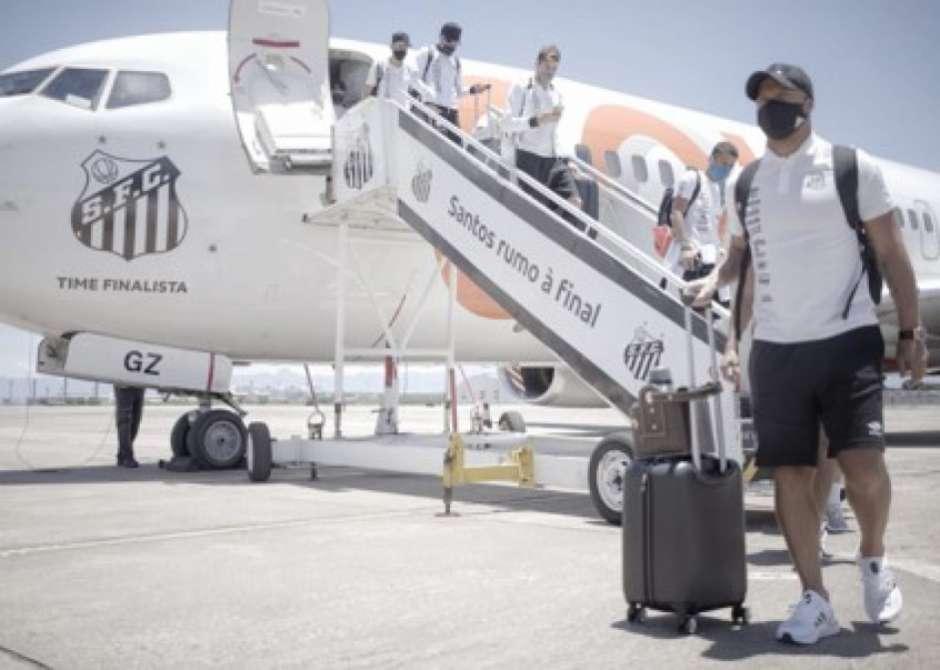 601194ab40e2c 1 - FINAL DA LIBERTADORES: com festa, Santos embarca para o Rio em avião personalizado