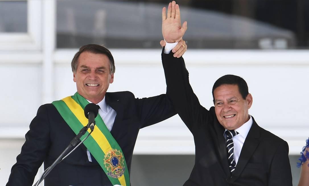"""80469877 Brazils new President Jair Bolsonaro L and Brazils new Vice President Hamilton Mourao - """"Querem botar quem no lugar?"""", diz Bolsonaro sobre impeachment"""
