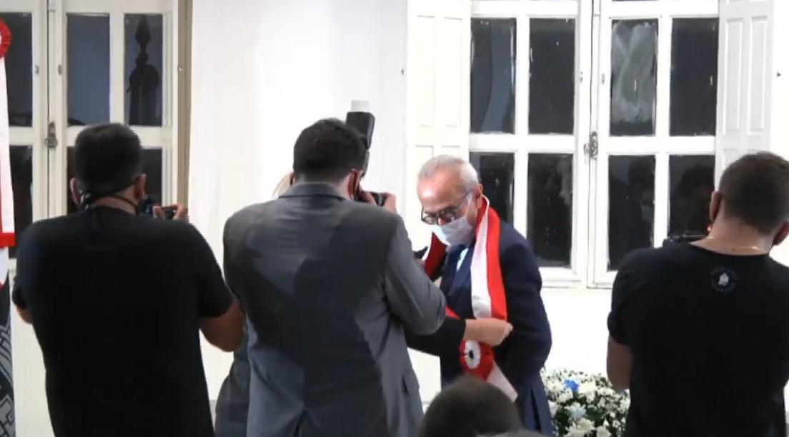 Transmissão de cargo: Luciano Cartaxo passa faixa de prefeito para Cicero Lucena durante sessão