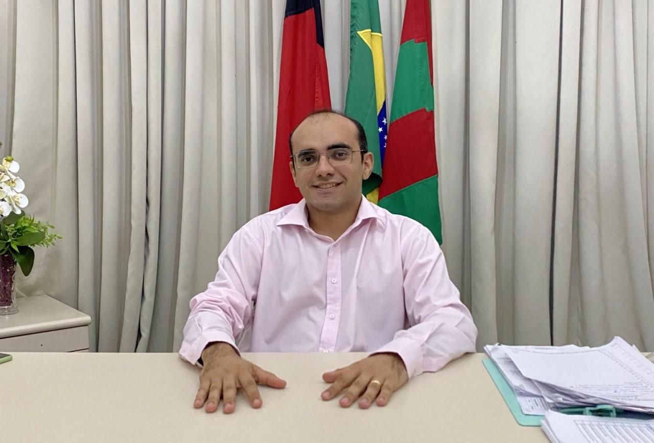 Dr Tales Brejo do Cruz 1536x1040 1 - NA PARAÍBA! Prefeito que assinou decreto permitindo o sacrifício de animais, abre mão do salário de R$ 18 mil para investir na educação