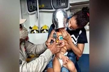 Durante brincadeira criança de 2 anos fica com panela presa na cabeça