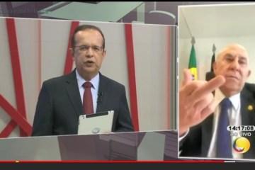 Ney Suassuna apresenta o dedo ao falar sobre saúde de José Maranhão e justifica: 'foi para o assessor'