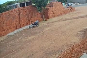 MOTOQUEIRO FANTASMA? Moto andando sem piloto chama atenção de moradores de Patos-PB; VEJA VÍDEO