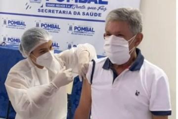 Sem trabalhar na linha de frente, prefeito de Pombal toma vacina contra a Covid-19 e recebe críticas; VEJA VÍDEO