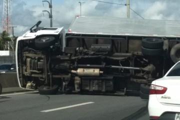 WhatsApp Image 2021 01 26 at 14.10.53 800x600 1 - Tombamento de caminhão deixa BR-230 interditada, em João Pessoa