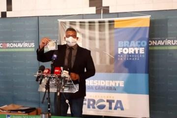 PRESENTE?! Alexandre Frota ironiza gastos do governo e distribui leite condensado na Câmara – VEJA VÍDEO