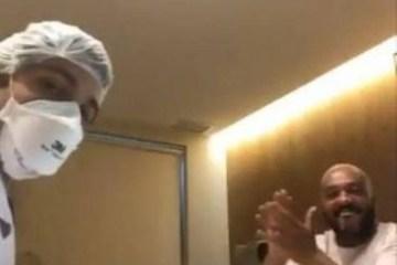 Belo canta com médico em meio a consulta e vídeo repercute na web; veja