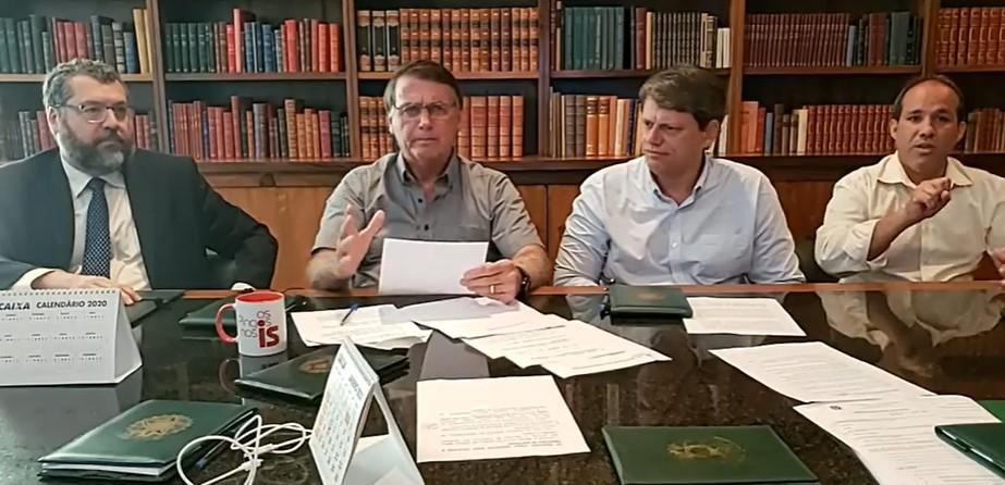 'Cara de pastel', diz Bolsonaro criticando William Bonner em live