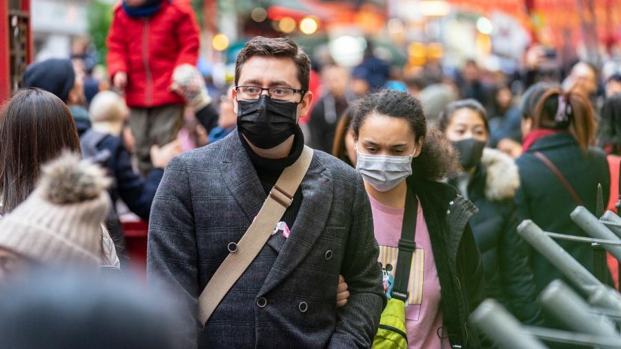 coronavirus pessoas andando na cidade mascara 1592240580805 v2 900x506 - PANDEMIA: é possível pegar Covid-19 ao ar livre?
