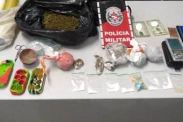 drogas apreendidas 768x357 1 - Polícia Militar apreende arma e drogas em abordagens a veículos em Campina Grande