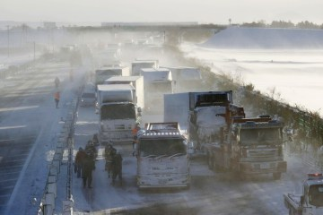 Neve causa engavetamento de 134 veículos no Japão; uma pessoa morreu