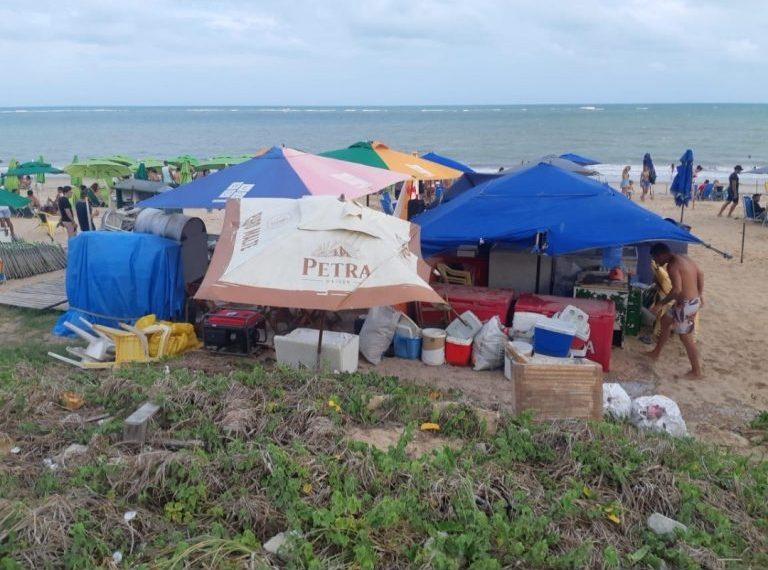fiscalização praia e1611584729323 - PMJP notifica comerciantes irregulares na praia do Bessa; um deles estava instalado sobre ninho de tartarugas
